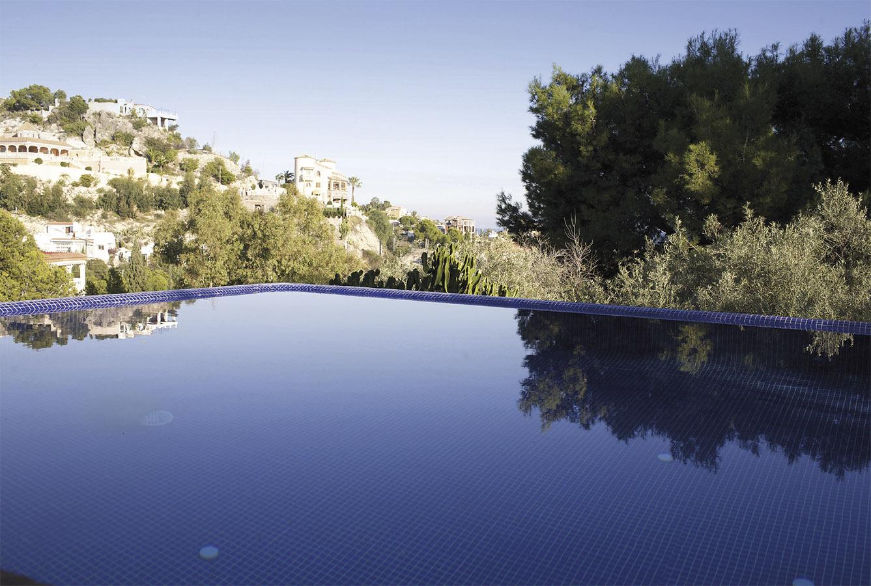 Casa Coveta luxury refurbishment infinity swimming pool and garden, Campello Alicante