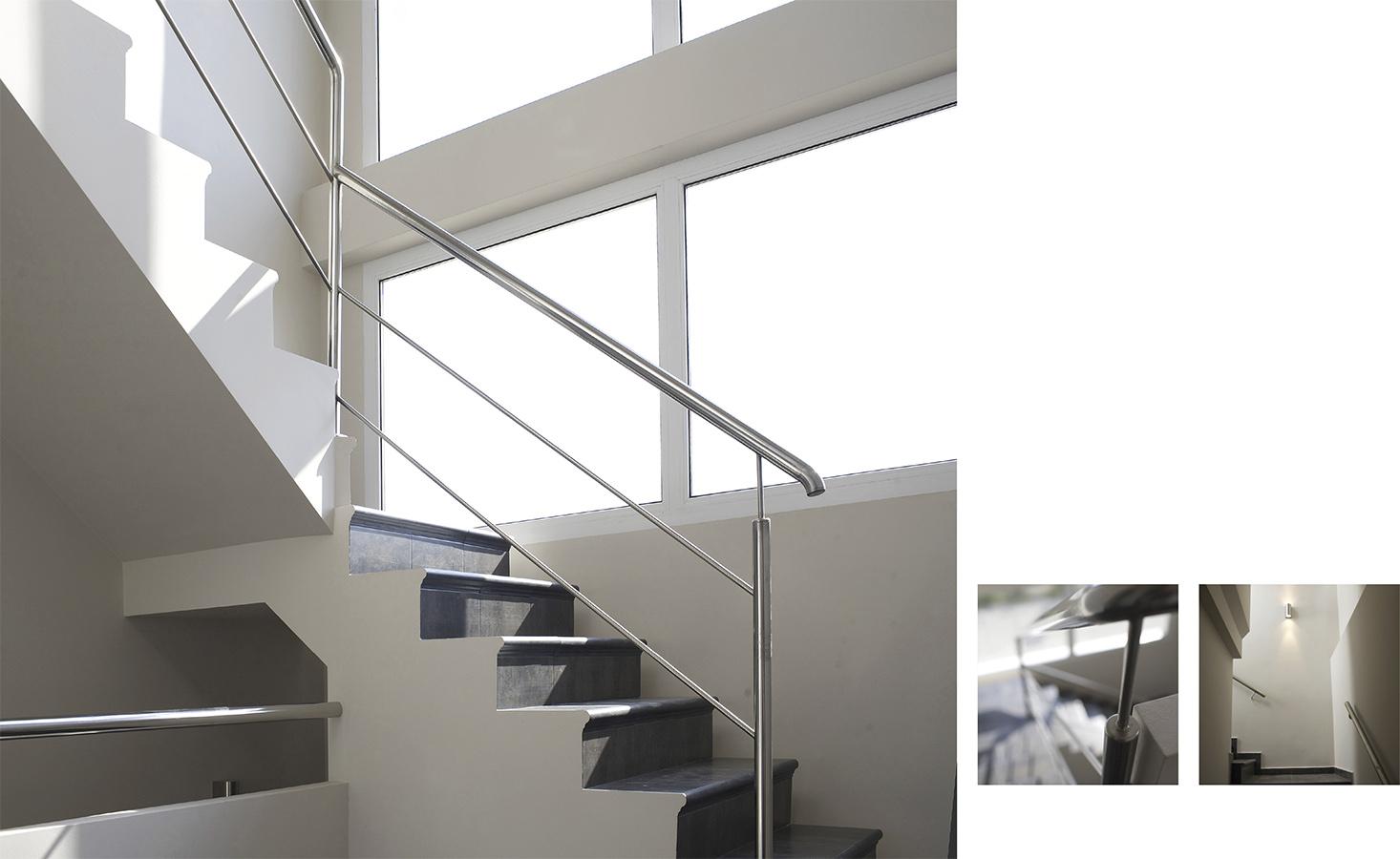 Casa Coveta fumá Reforma de lujo escalera contraste blanco y negron, Campello Alicante